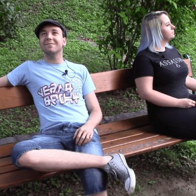 2 Gamer… auf einer Parkbank