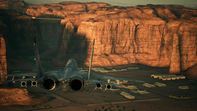 Enge Täler und zwischen Klippen und Hügeln versteckte Basen und Flugabwehrstellungen. Das Leveldesign in Ace Combat 7 ist eine Herausforderung.