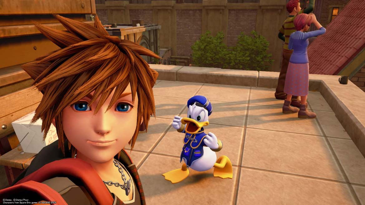 Sora und Donald Duck auf einem Dach in Twilight Town in Kingdom Hearts 3.